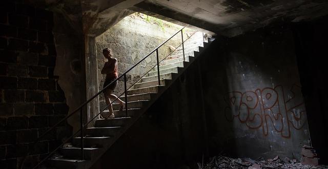 žena na schodech