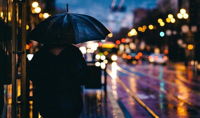 večer na silnici, osoba s deštníkem