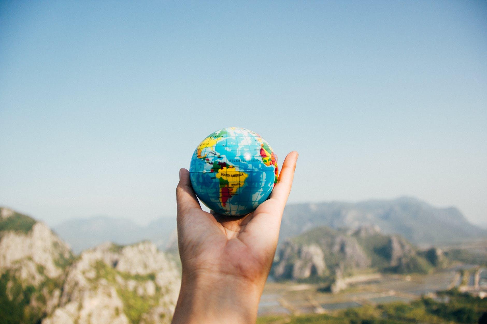 zeměkoule v lidské ruc